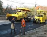 Skidaju tek postavljeni asfalt!