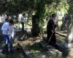 Несвакидашња слика: Владика Теодосије и градоначелник Ниша у акцији чишћења Старог гробља (ФОТО)