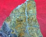 Светлуцави камен са златним честицама у пртљагу путника тежак преко 2 килограма