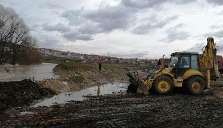 Јачање бедема на обали Топлице у Прокупљу