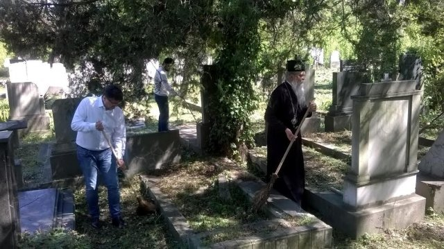 Vladika i Teodosije i gradonačelnik Bulatović čiste grobna mesta, Foto: Južna Srbija