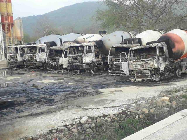 Sa fantomkama na glavama napali radnika obezbeđenja i zapalili 9 kamiona (FOTO)