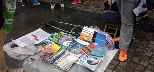 Размена школских књига на отвореном