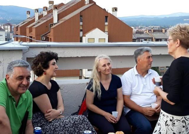 Druženje sa složnim komšijama na terasi lepo uređene zgrade u Nišu