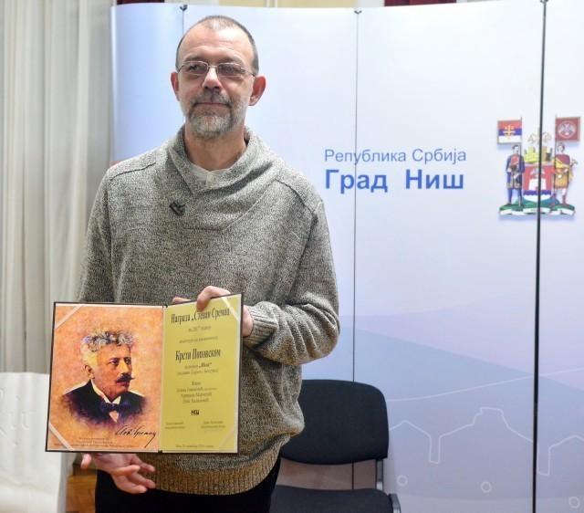 """Na fotografiji: Krsta Popovski, dobitnik nagrade """"Stevan Sremac"""" za 2017. godinu (foto: NKC)"""
