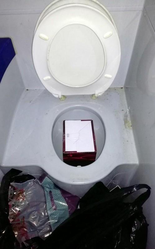 Sakriven turski med za potenciju u WC šolji autobuskog toaleta