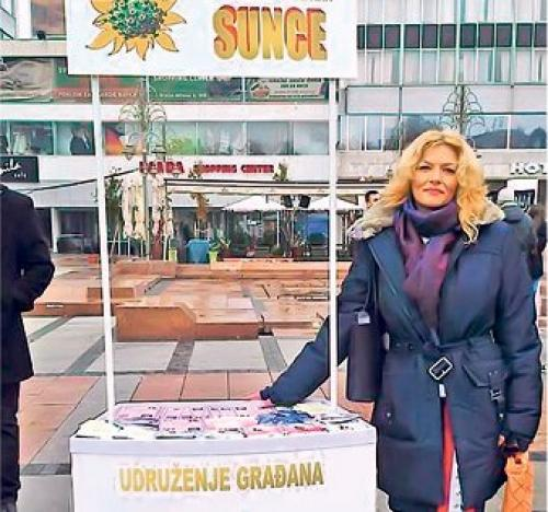"""Aktivna u pomaganju drugima: Sandra Mančić kraj štanda udruženja """"Sunce"""" (Foto lična arhiva)"""