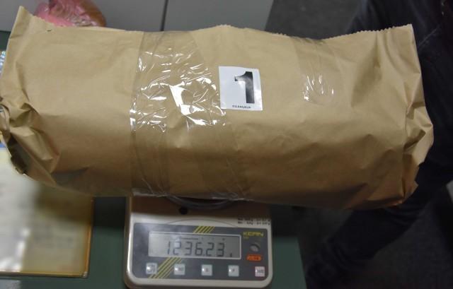 Više od kilogram marihuane ispod zadnjeg sedišta