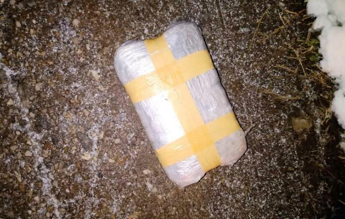 Izbacili paket od 800 grama marihuane iz automobila - policija ih brzo pronašla