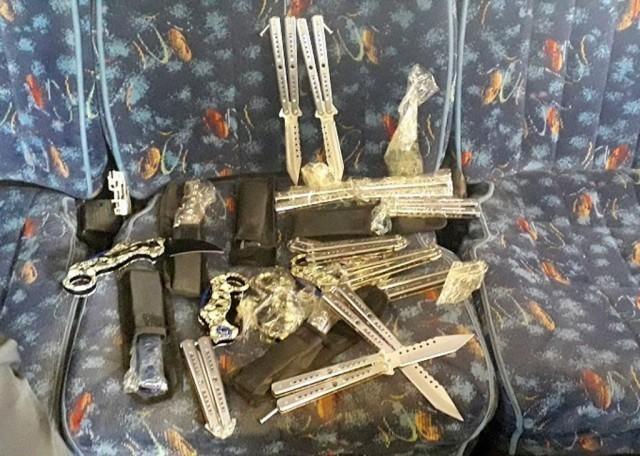 Код задњих седишта аутобуса пронађени борбени и ловачки ножеви