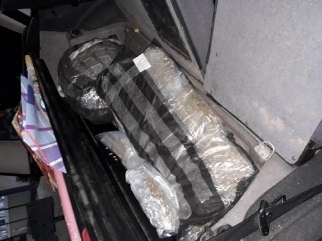 """""""Moler"""" u naslonima sedišta i rezervnom točku krijumčario 16 kg marihuane"""
