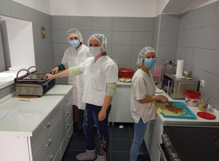 Млади пекари школарци уз епидемиолошке мере успешно настављају са праксом