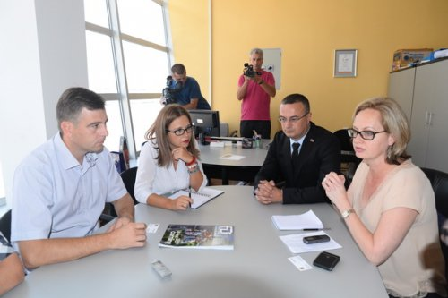 Kortni Fingar na sastanku sa predsednikom opštine u Kancelariji za lokalni ekonomski razvoj u Pirotu