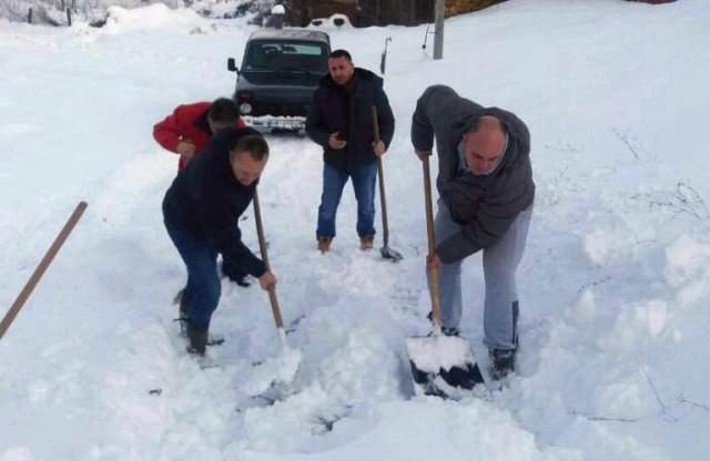 Gde mašina ne pomaže, ruke mogu: Opštinari ručno očistili sneg kako bi bolesna žena otišla kod lekara