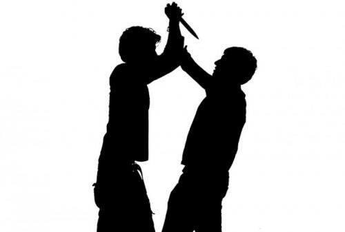 """Ubodi nožem """"rezultat"""" sukoba dve grupe mladića zbog natpisa na majici"""