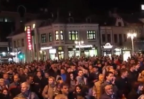 12. протест у Нишу - бакље испред РТС-а