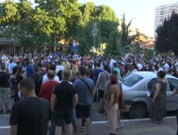 Mirni protesti nezadovoljnih građana u Nišu - razgovor između građana i Žandarmerije