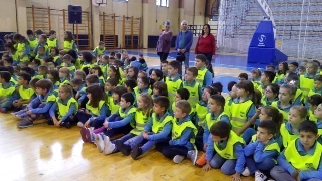 Ревија и поклон школских униформи за прваке у највећој нишкој општини