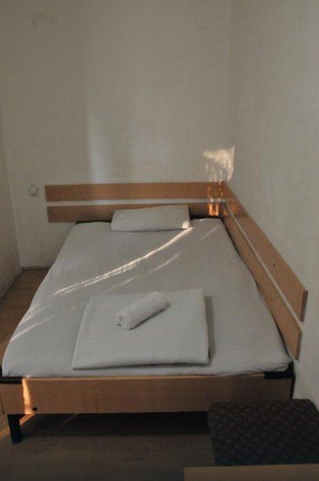 У соби од десетак квадрата су једноставан брачни кревет, сточић са два табуреа, огледало... Фото: К. Каменов,  РАС Србија