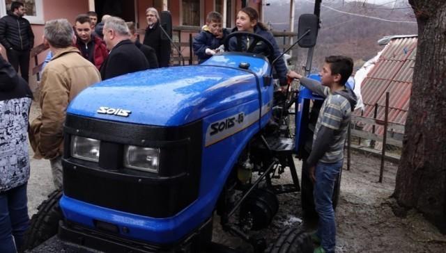 Leskovčanin poklonio traktor porodici Stanojković na Kosovu i Metohiji