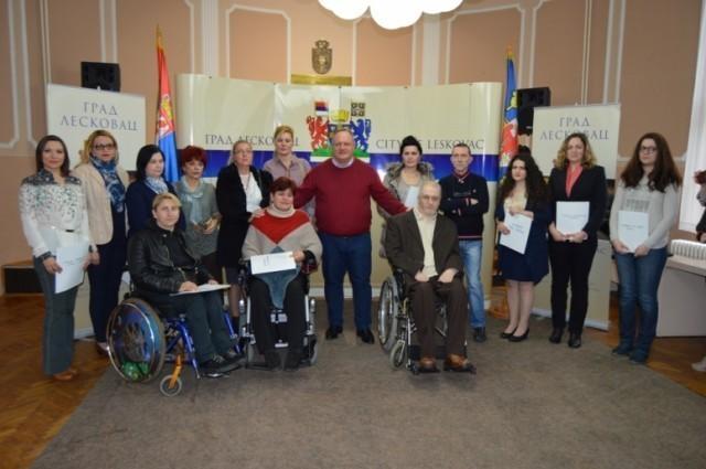 U Leskovcu dodeljeni ugovori za personalne asistente, geronto domaćice, pomoć u kući...