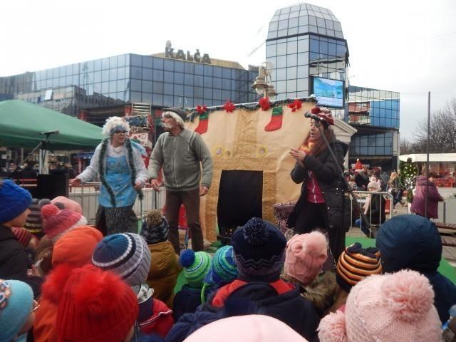 Дух Европе, радост малишана уз Деда Мраза, кувано вино и сувенири за одрасле - Фото: Њ.П. ЈСИ