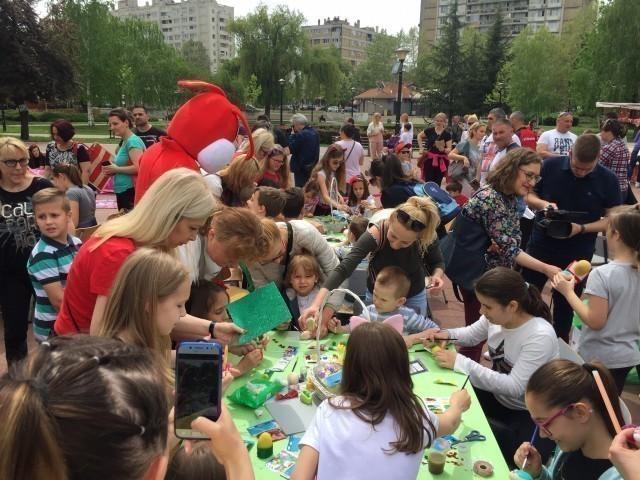 Глумци поделили радост и умешност фарбања јаја са најмлађима у највећој нишкој општини