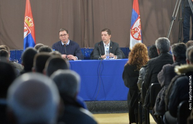 Aleksandar Vučić i Marko Đurić sa građanima Lapljeg sela, Foto: Tanjug, Zoran Žestić