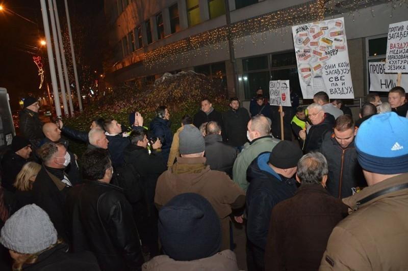 """Демократе """"проветравају"""" градску власт: У Нишу одржан протест """"Проветримо Ниш, дишимо слободно"""""""