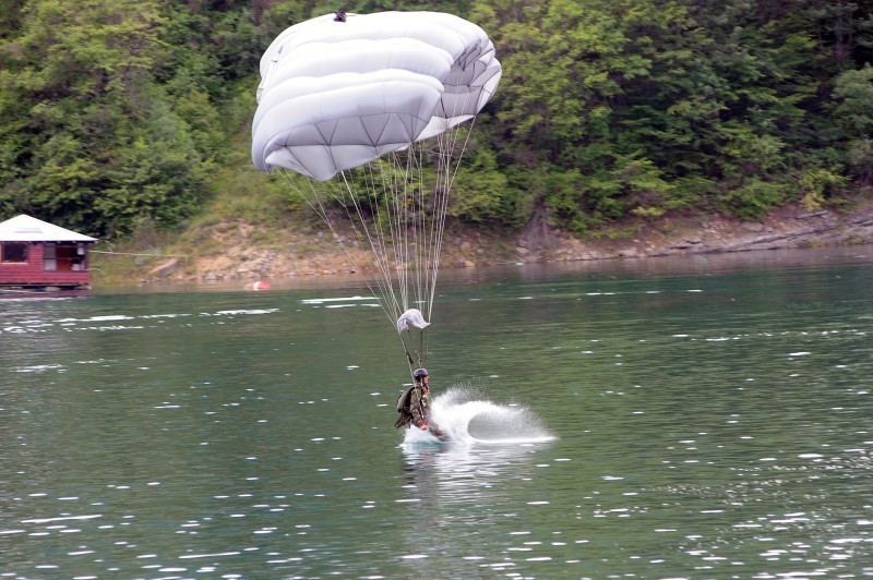 Zavojsko jezero: Posle 30 godina 63. padobranska brigada je izvela skok na vodu