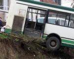 Градски аутобус у Нишу слетео са пута, седморо особа повређено