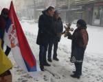 Чланови ДС-а честитали Божић суграђанима, делећи бадњаке