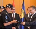Ministar Stefanović nagradio policajca koji je spasao dva mladića
