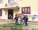 SKANDAL U NIŠKOJ ŠKOLI: Sedmak pištoljem postrojavao prvake!