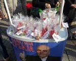 Јединствена Србија честитала Нову годину слатким пакетићима