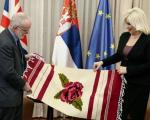 Zorana Mihajlović poklonila ćilim ambasadoru Velike Britanije