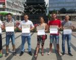 Перформанс демократске омладине у Нишу: Подела плоча на Тргу краља Милана
