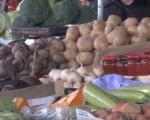 Тезге на пијаци пуне сезонског воћа, поврћа и зимнице, ајвар најскупљи (ВИДЕО)