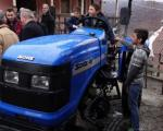Лесковчанин поклонио трактор породици Станојковић на Косову и Метохији