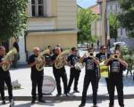 ТРУБА ЈЕ ЊИХОВ ЗАШТИТНИ ЗНАК Победници Гуче продефиловали улицама Врања
