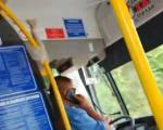 Возач приградског аутобуса у Нишу без маске, са једном руком за воланом разговара мобилним (ВИДЕО)