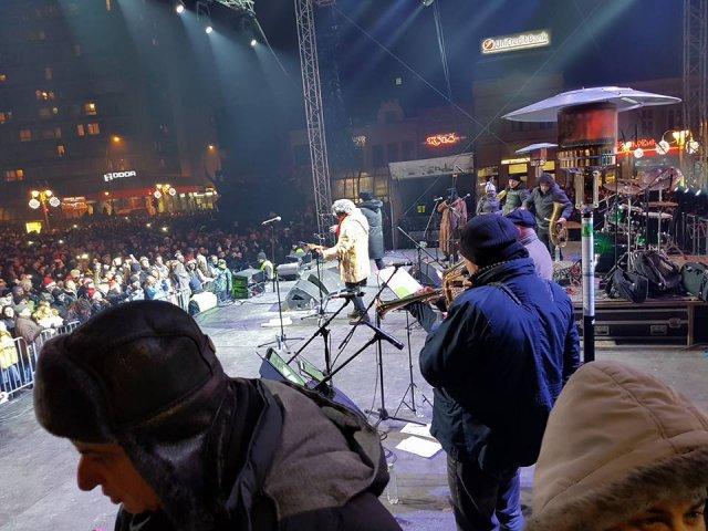 """U Nišu na minus 7 stepeni, više od 20.000 ljudi pevalo zajedno sa """"Dugmićima"""""""