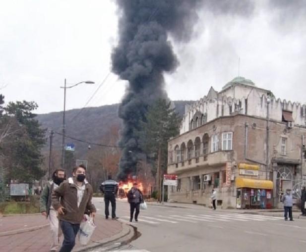 Изгорео градски аутобус на окретници у Нишкој Бањи