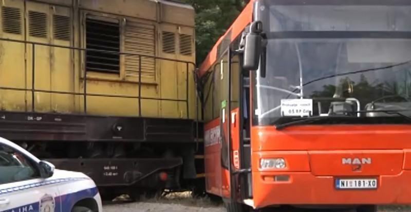 Судар воза и аутобуса који углавном превози школарце у прокупачком насељу Драгања, нема повређених