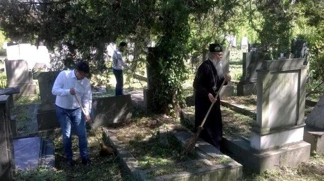 Владика и Теодосије и градоначелник Булатовић чисте гробна места, Фото: Јужна Србија