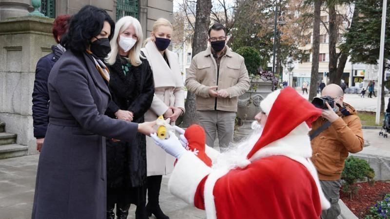 Деда Мраз у пратњи вилењака предао градоначелници 1.000 жеља грађана Ниша