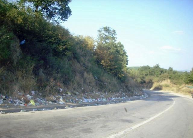 На Мердару гомила отпада поред пута: Албанци избаце смеће из аута пре него што уђу на Косово