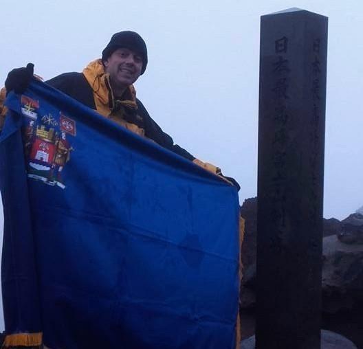 Zastava Niša na najvišem vrhu Japana