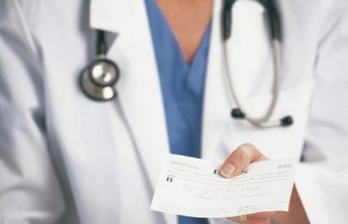 Bahata lekarka službenim autom ide na posao i prima dve plate