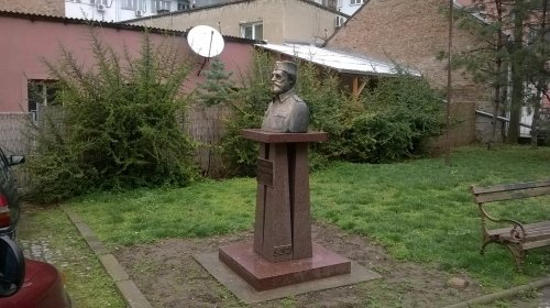Споменик Дражи Михајловићу испред седишта ГрО СПО у Нишу, Фото: Јужна Србија